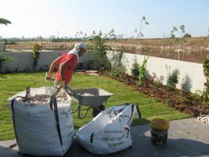 יישור השטח שתילת הדשא ותחילת פיזור חלוקי נחל