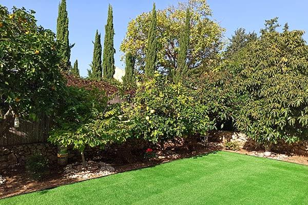 גינות מעוצבת עם דשא סינתטי