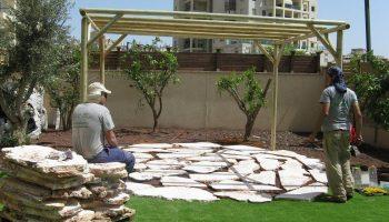 יצירת משטח ישיבה אלטרנטיבי בעומק הגינה